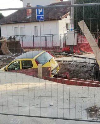 Auto upao u rupu